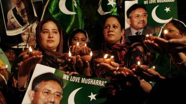 Tilhængere ved et valgmøde i Lahore hylder deres helt, Pakistans militære leder og præsident, general Pervez Musharraf. Han stiller op til præsidentposten igen, men mange almindelige borgere har ikke til tro til manden, der ikke har skabt fremgang eller ro i landet.