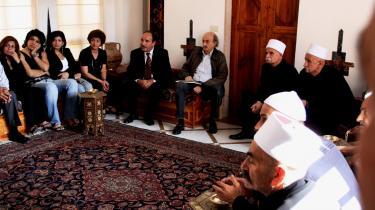 Druserlederen Walid Jumblatt (med læderjakke midt i billedet) holder audiens omgivet af sine rådgivere.