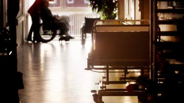 Danmark har rekord i overbelægninger på hospitalerne. På de medicinske afdelinger ligger belægningsprocenten på 100.