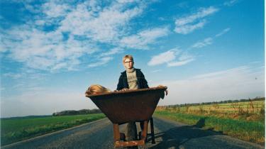 Fem et halvt år af sit liv har instruktør Peter Schønau Fog brugt på sin spillefilmsdebut, 'Kunsten at græde i kor. Belønning for arbejdet: 16 internationale priser, publikumssucces og ros fra forfatteren, der oprindeligt havde svært ved at sluge projektet