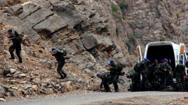 Tyrkiske styrker rykker ud i Sirnak nær den tyrkisk-irakiske grænse, hvor kampene mod PKK især udspiller sig. Men kampen mod PKK kan ikke vindes militært, lyder kritikken.