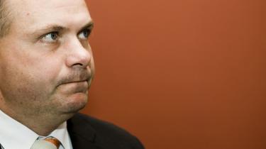 Forsvarsminister Søren Gade kritiseres for at stille krav til Taleban som betingelse for forhandlinger.
