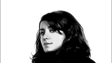Vi græder over de samme ting, men vi griner ikke af de samme grunde, siger iranske Marjane Satrapi, der måtte finde frem til en universel humor, da hun skulle filmatisere sin egen tegneserie, 'Persepolis'