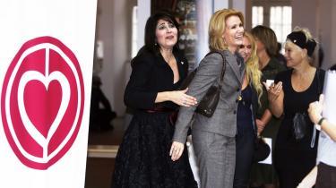 Monique og Helle Thorning-Schmidt venter på kronprinsessen ved Hjertefondens uddeling af legater i går. Inden da havde hun spillet det europæiske kort ved at antyde muligheden for en EU-afstemning om den nye EU-traktat