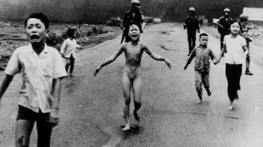 40 år gør meget. Det var umuligt at genkende nogen fra dengang. Der var sket for meget, men på et enkelt punkt var vi i samme situation som i 1967: Vi skulle forholde os til at USA var i krig. En der deler USA, som den deler os.