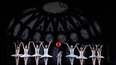 -Den Røde Ballon- smitter med sin danseglæde fra viljefaste kunstnere i børnekroppe. Men mon ikke tiden er moden til, at Det Kgl. Teater omstrukturerer balletskolen?