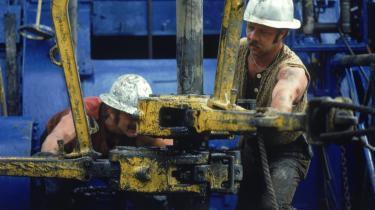 Siden 1995 har 20 olieproducerende lande toppet og er på vej ned eller allerede færdige med at udvinde olie. Jeg spår, at spørgsmålet om olieforsyningssikkerheden vil have overhalet klimaforandringerne som primært krisetema, inden der er gået yderligere 18 måneder, siger Dennis Meadows