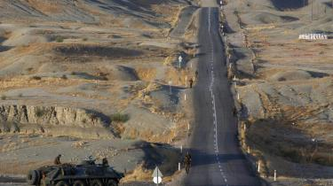 Tyrkiets parlament gav i går militæret bemyndigelse til at rulle kampvognene ind over grænsen til Irak for at bekæmpe kurdiske militser.