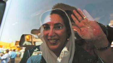 Hendes hjemkomst til Pakistan efter otte år levede helt op til den opgejlede stemning – men pakistanerne ved stadig ikke, om det er den nye Benazir Bhutto eller den gamle