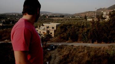 Det kostede Ahmad to ben at kæmpe som hellig kriger i Irak. I mange måneder blev han flyttet fra sted til sted i den irakiske kamp og endte til sidst i en fangelejr hos amerikanerne. De troede, han var med i al-Qaeda, indtil de løslod ham og han kunne vende hjem til Libanon. I dag ville Ahmad nok ikke kæmpe på samme måde, selv om han stadig mener, at krigen i Irak er forkert.
