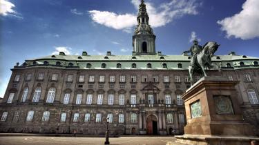 Det slot, der nu fejrer 100 års jubilæum, tegnede arkitekten Thorvald Jørgensen. En bog fejrer Borgens fødselsdag, men skulle have ladet være med det.