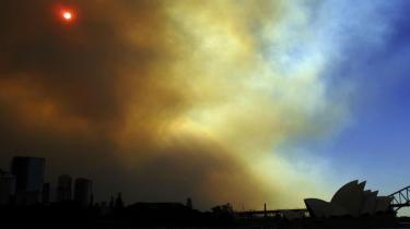 I de senere år er den vejrmæssige situation i Australien blevet mere ekstrem: Store dele af landet har i en årrække været plaget af tørke, som har udvidet sæsonen for omfattende skov- og bush-brande.