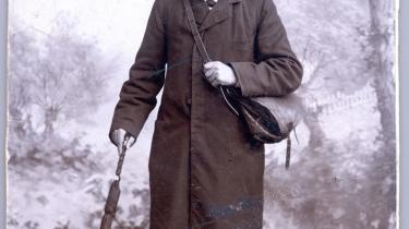 Evald Tang Kristensen er den store helgen i Dansk Folkemindesamling, fordi han i slutningen af 1800-tallet og begyndelsen af 1900-tallet vandrede rundt på den jyske hede og indsamlede enorme mængder af folkeminder. Dette er et atelierfoto af Evald Tang Kristensen i vandrekostume. Arkiv