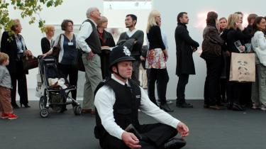 Gianni Motti får en korrekt uniformeret politibetjent til at sidde og meditere på gulvet midt i mylderet for at sprede sund karma, god ro og orden. Et stærkt billede i en by der fortsætter med at udvide politistyrken og giver myndighederne stadigt flere beføjelser.
