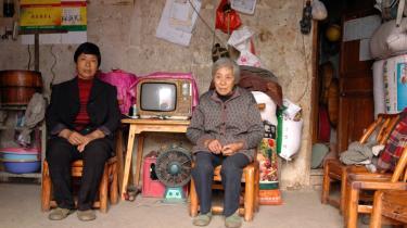 49-årige Huang og hendes 87-årige mor Hao i det hus de skal forlade efter at have boet der i 32 år. Myndighederne frygter, at hele landsbyen Chanziyan vil skride ned i Yangtze-floden.