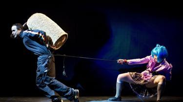 Meridiano Teatrets billedverden skaber en filmisk fremdrift mod noget uundgåeligt. Her er en europæer (Samy Andersen) spændt for en japansk kamptræner (Louise Hyun Dahl)