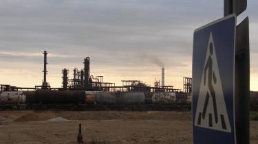 aDa Sovjetunionen faldt sammen, gjorde kemikalieproduktionen det også. Mange af medarbejderne rejste hjem til de republikker, de kom fra, markedet forsvandt, og råvareforsyningen smuldrede, fordi den kom fra stater, der nu blev selvstændige republikker. Tilbage i Aserbajdsjan lå kvadratkilometer efter kvadratkilometer af ubrugelig kemikalieindustri, og der ligger den endnu.