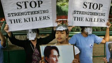 -Stop støtten til morderne- - Kvinder fra Myanmar bærer masker med Aung San Suu Kyis portræt ved en demonstration foran formanden for Indiens regerende parti Sonia Gandhis hjem i New Delhi.