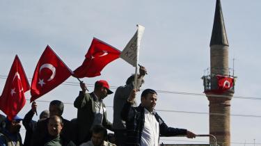 aDen seneste væbnede konflikt mellem den tyrkiske hær og PKK, hvor 12 tyrkiske soldater blev dræbt og andre otte bortført, har ført til omfattende demonstrationer mod og overgreb på den kurdiske befolkning.
