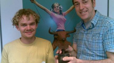 Krister Moltzen (tv.) modtog prisen (tyren) for Euopas bedste radiodokumentar. Her står han sammen med Tim Hinman, der er producer på Ultralyd, der nedlægges pr. 1 januar 2008.