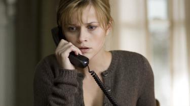 Reese Whiterspoon har rollen som den bortførte El-Ibrahims kone, der kæmper en hård kamp for at finde ud af , hvad der er sket med hendes mand.