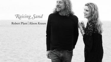 De stilfulde sorthvide coverfotos på Robert Plants og Alison Krauss- -Raising Sand- antyder et varmt forhold parterne i mellem, idet de gløder af noget, der kunne ligne en (platonisk) forelskelse. Men musikken - indspillet efter alle modernitetens regler og produceret til ug af T-Bone Barnett - ulmer af samme fatale forladthed og ejer samme dragende kvalitet som tidlig amerikansk folkemusik, og der hviler over albummet en fortættet sindstilstand af enorme afstande, åbne vidder og en distance mennesker imellem, der gør, at det kan kaldes en form for ørkenrock - om end i overført forstand.