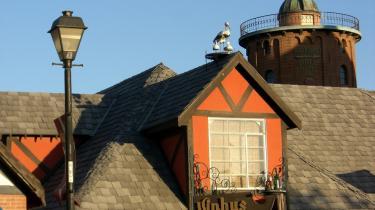 Solvangs idyl prydes af københavnske gaslamper, plastik-storke på taget og et Rundetårn i en tredjedel størrelse.