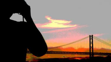 Resonans. De sære inciterende brummelyde fra broen -Ponte 25 de Abril- når langt ud over vandet. Og er sågar blevet optaget og brugt af musikeren og improvisatoren Rafael Torael på sit værk -Bridge Music- fra 1997.