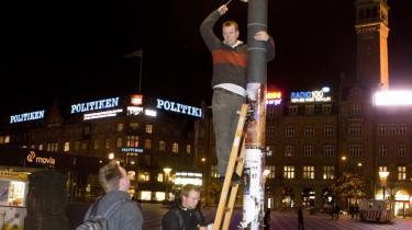 Frivillige fra Enhedslisten var for tidligt ude, da de onsdag aften satte valgplakater op i København. Københavns Kommune pillede dem efterfølgende ned - og regningen lød: 35 kr. pr. nedpillet plakat. I går aftes var valgplakaterne tilbage igen - denne gang lovligt.