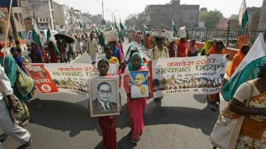 Den største bondemarch siden Mahatma Gandhis dage ankommer til Delhis centrum i dag. De ca. 25.000 demonstrations-deltagere er alle blevet tvunget væk fra deres jord. Teksten på bannerne i forgrunden lyder -Janadesh 2007, Fredelig protestmarch, 2. oktober til 29. oktober fra Gwalior til Delhi-.