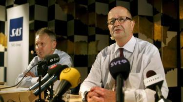 SAS- koncernchef Mats Jansson (t.h.) og direktør John Dueholm holdt i går pressemøde i Stockholm, hvor de bekendtgjorde, at SAS nu helt indstiller flyvningen med deres ialt 27 Dash Q8/400 fly.