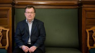 Beskæftigelsesminister Claus Hjort Frederiksen (V) langer ud efter oppositionen og klantrer den for populisme.