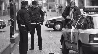 Politi undersøger gerningsstedet efter røveriet mod Købmagergades postkontor, som kostede den 22-årige betjent Jesper Egtved Hansen livet. I Peter Øvig Knudsen rekonstruktion følger vi hovedpersonerne fra minut til minut.