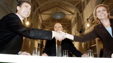 Statsminister Anders Fogh Rasmussen hilser på Socialdemokraternes formand Helle Thorning-Schmidt inden valgdebatten på TV 2 i aftes. Thorning viste, at hun er Fogh en ligeværdig modstanden