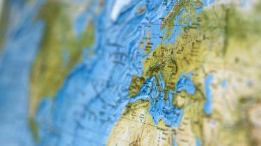 Den europæsiske universitetsordning Erasmus Mundus-ordningen kommer i karambolage med dansk lovgivning, da den EU-støttede ordning ifølge EU-s regler om ligeberettigelse skal opkræve den samme undervisningsafgift fra alle studerende - herunder danske studerende