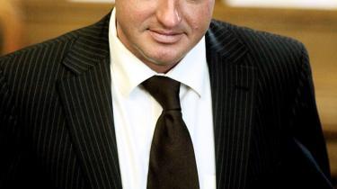En ting er, at Venstres tidligere politiske ordfører Jens Rohde i en særpræget blancocheck til Ekstra Bladet -bekræfter-, at Henrik Sass skulle have været spion for Fogh. Endnu mere bemærkelsesværdigt er det, at Venstres tidligere næstformand, statsministerens fortrolige kampagnestrateg og beskæftigelsesminister Claus Hjort Frederiksen, gør hvad han kan, for at give den ondsindede smæde-historie medvind.