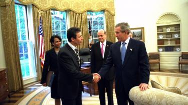 I perioden omkring koalitionens besættelse af Irak kørte i miljøet af spindoktorer en historie om, at statsminister Anders Fogh Rasmussen i en telefonsamtale med George W. Bush forud for invasionen på sit Djursland-engelsk havde ytret: -I-m with you all the way.- Her mødes han i maj 2003 i Det Hvide Hus med præsident George W. Bush. Baggrunden Condoleezza RIce og Danmarks USA-ambassadør, Ulrik Federspiel.