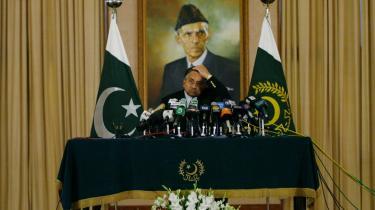 På et pressemøde i går lovede præsident Musharraf at bringe undtagelsestilstanden i Pakistan til ophør inden en måned.