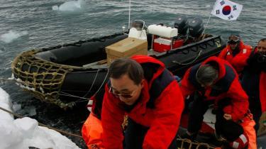 -Forandringerne sker meget hurtigere, end jeg havde forestillet mig. Jeg har brug for politiske svar,- sagde FN-s generalsekretær, Ban Ki-Moon, efter at han havde besigtiget klimaforandringerne i Antarktis.