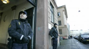 Betjente uden for Retten på Frederikberg under grundlovsforhøret i går.