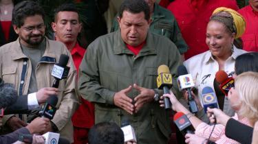 Med hjælp fra den venezuelanske præsident Hugo Chávez Frías (i midten) lykkedes det i sidste uge at få den colombianske regering og landets største guerillabevægelse FARC til at mødes officielt. Til højre ses repræsentant for den colombianske regering senator Piedad Cordoba og og til venstre repræsentant for FARC Iván Márquez.