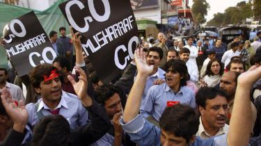 Mens Benazir Bhutto fra sin husarrest nu utvetydigt erklærer, at hendes lands politiske krise ikke længere kan løses igennem forhandlinger med Pervez Musharraf men alene ved dennes afgang, fortsætter gadedemonstratio-nerne mod den stedse mere upopulære generalpræsident.