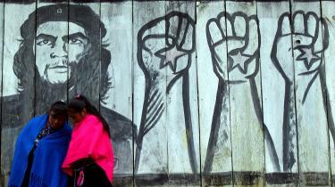Hårdfør. Billedet af Che Guevara har prydet alt fra husmure til ungpigeværelser. De mere kontroversielle og brutale sider af revolutionsheltens liv bliver nu fremstillet i en omfattende biografi.