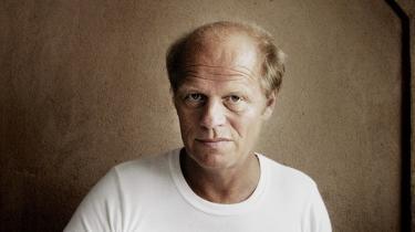 Morten Sabroe, journalist og forfatter, skrev engang romaner, ikke mange gad læse. Efter en metamorfose genopstod han som new journalism-journalist og begyndte at skrive romaner på en ny måde. -Du som er i himlen- hedder den nyeste, som har fået Danmarks bedste anmeldelser.