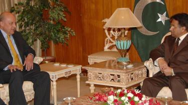 USA-s viceudenrigsminister John Negroponte er den højest rangerende diplomat, der har besøgt Pakistan siden Pervez Musharraf indførte krigsretstilstand 3. november. Negropontes opgave var at formidle to stærke budskaber til Musharraf. Begge budskaber faldt totalt til jorden.