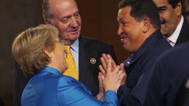 Modviljen er stor mod Venezuelas præsident Hugo Chavez. Her er han i samtale med Chiles Michelle Bachelet, og den spanske konge, Juan Carlos, der bad Chavez holde mund ved et topmøde i sidste uge