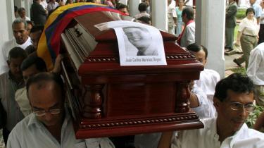 Pårørende til det colombianske parlamentsmedlem Juan Carlos Narvaez, som blev kidnappet og dræbt af FARC i sommer, bærer hans kiste under begravelsen i Cali i Colombia. I den danske retssag mod Fighters + Lovers mener forsvareren Thorkild Høyer, at medlemmerne af FARC kan tiltales for konkrete krigsforbrydelser, men ikke for oprørshandlingen i sig selv.