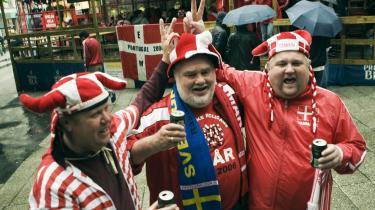 Kompleksitet. Danskerne er fremskridtsvenlige og reaktionære, udadvendte og selvtilstrækkelige, tolerante og diskriminerende. Og ikke særlig morsomme, skriver DessauArkiv