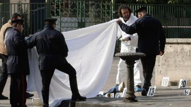 Siden slutningen af 1970-erne har Napolis mafia, Camorraen, myrdet op mod 3.600 mennesker - Her endnu et offer, mafiamedlemmet Pasquale Russo, hvis lig italienske retsmedicinere og politifolk her dækker til. Russo blev dræbt af to bevæbende mænd gemt i en stjålen ambulance i Napolis udkant.