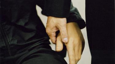 Mekanisk kærlighed. Professor Hiroshi Ishiguro og hans livsværk holder hånd. En tro kopi af sig selv, der er så livagtig, at selv fru Ishiguro på afstand har svært ved at kende forskel. Filminstruktør Phie Ambo har lavet dokumentaren -Mechanical Love- om dem.